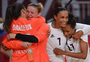 JO : championnes olympiques, les handballeuses savourent leur revanche